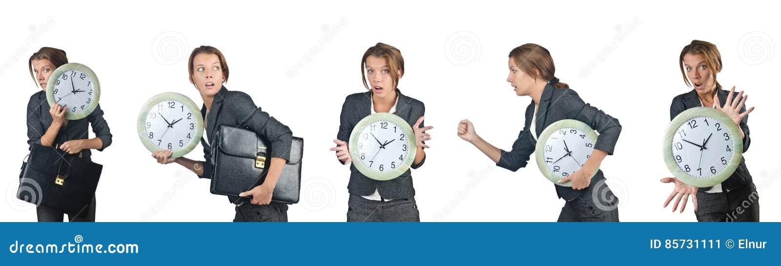 Die Geschäftsfrau mit der Uhr lokalisiert auf Weiß