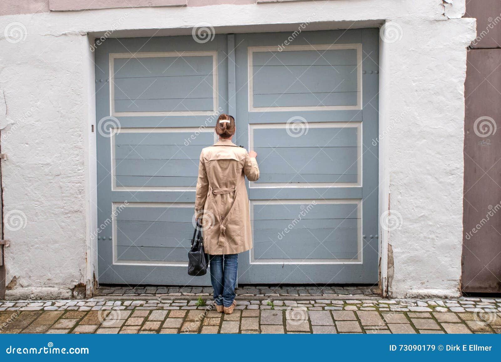 Geschlossene haustür  Die Geschlossene Haustür, Ließ Mich Herein Stockfoto - Bild: 73090179