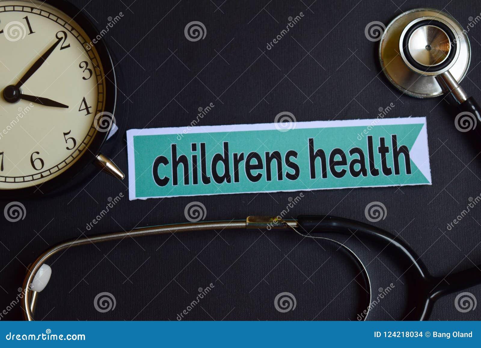 Die Gesundheit der Kinder auf dem Druckpapier mit Gesundheitswesen-Konzept-Inspiration Wecker, schwarzes Stethoskop