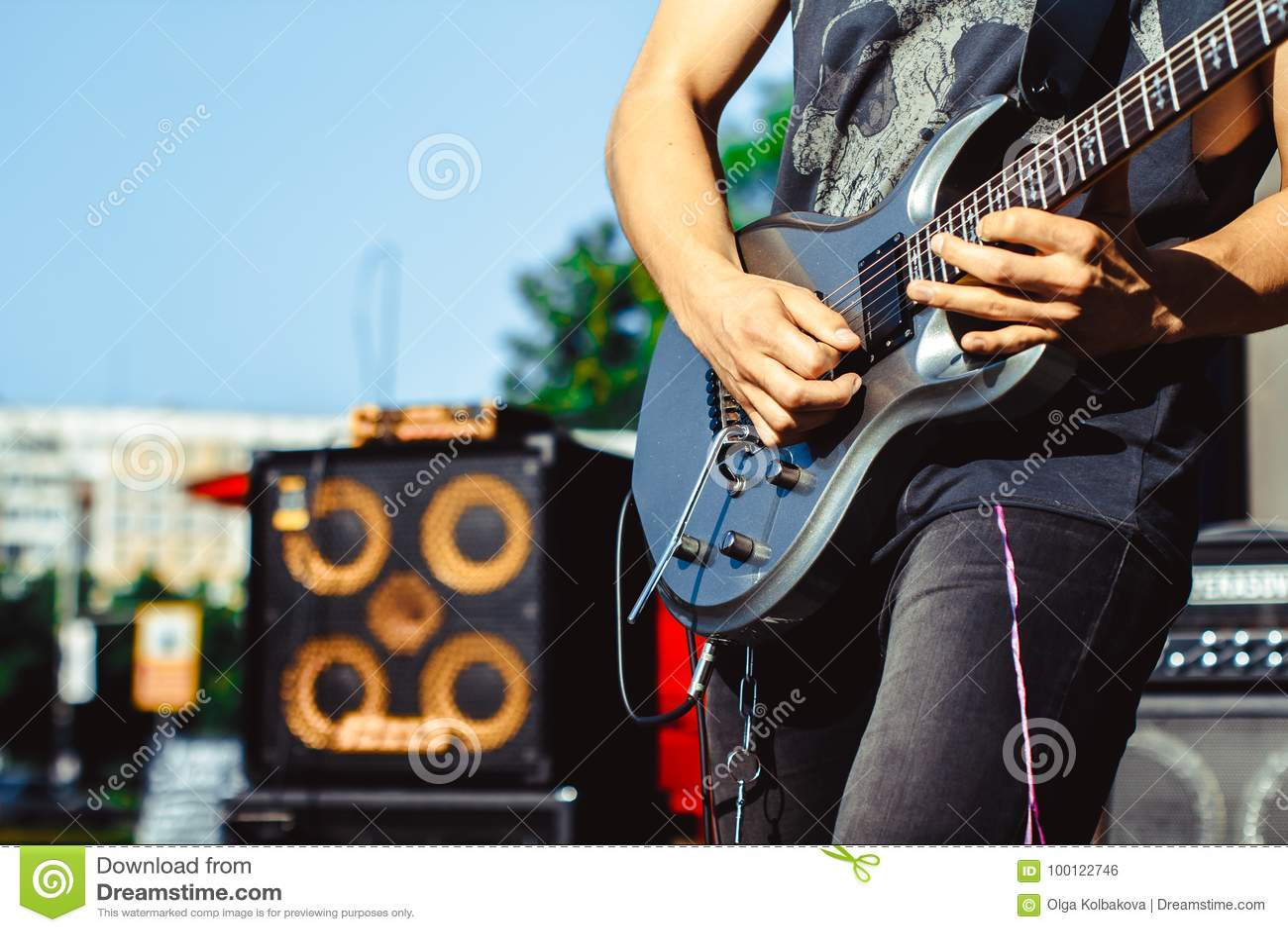 Die Gitarristspiele auf der Straße
