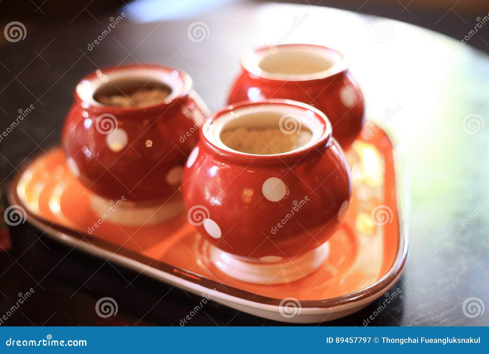 Die Gläser keramisch, rote Farbe, als Gegenstandhintergrund