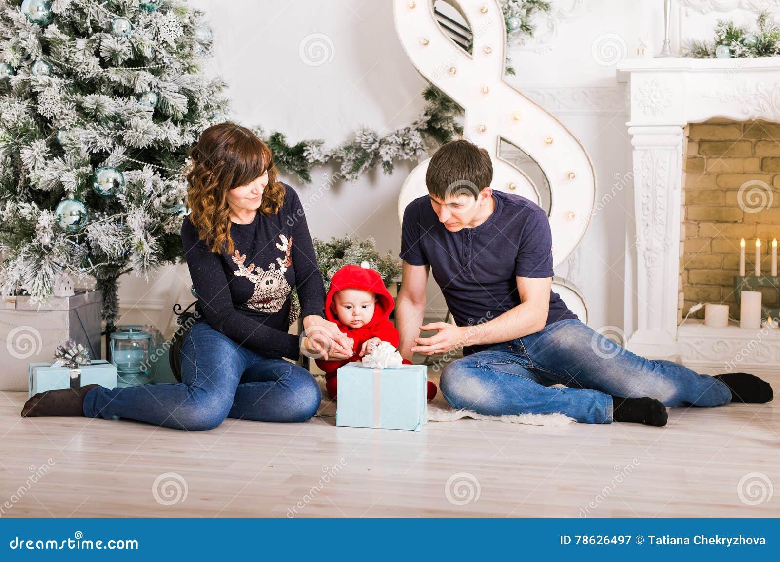 Die Glückliche Familie, Die Weihnachtsgeschenke Hält, Nähern Sich ...