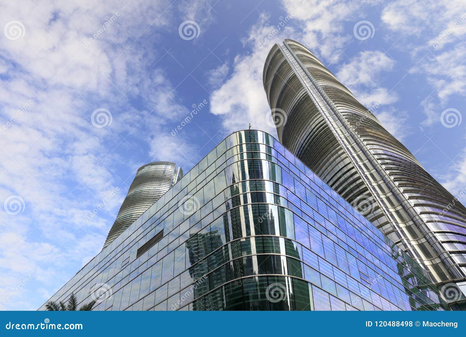 Die Glaszwischenwandwolkenkratzer im guanyinshan cbd, luftgetrockneter Ziegelstein rgb