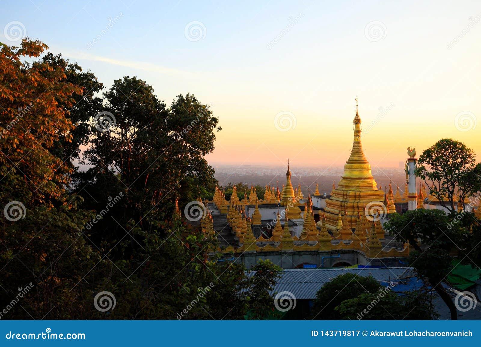 Die goldene Pagode am Mandalay-Hügelstandpunkt während des Sonnenuntergangs