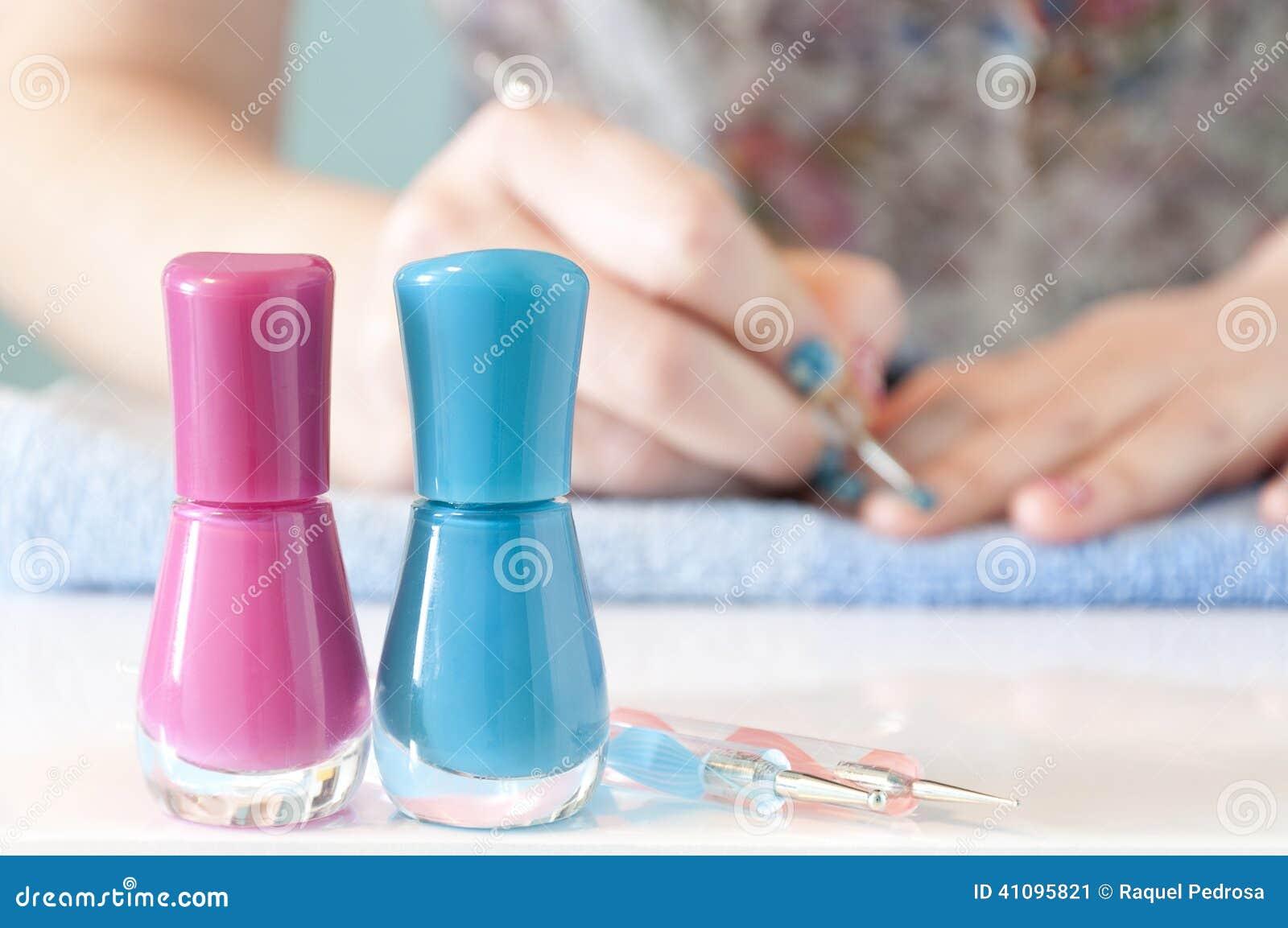 Die Hände Der Frau, Die Ihre Nägel Mit Blauem Nagellack Malen ...