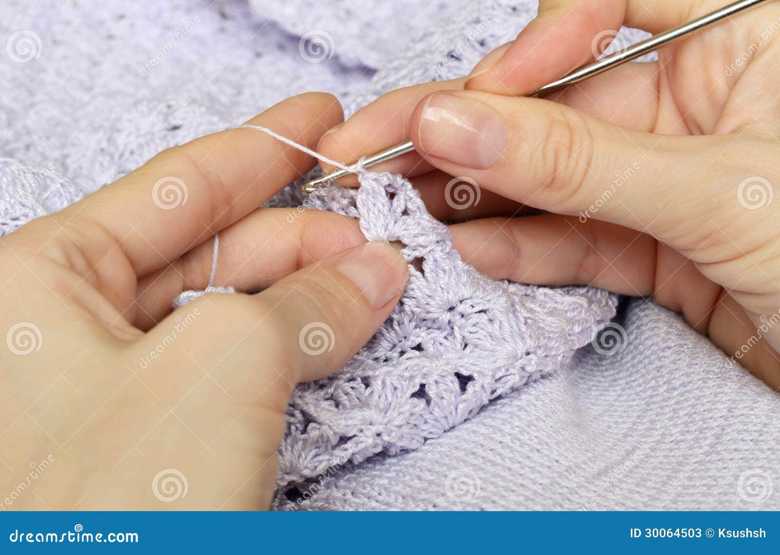 Die Hände Und Das Häkeln Der Frauen Stockbild Bild Von Flieder