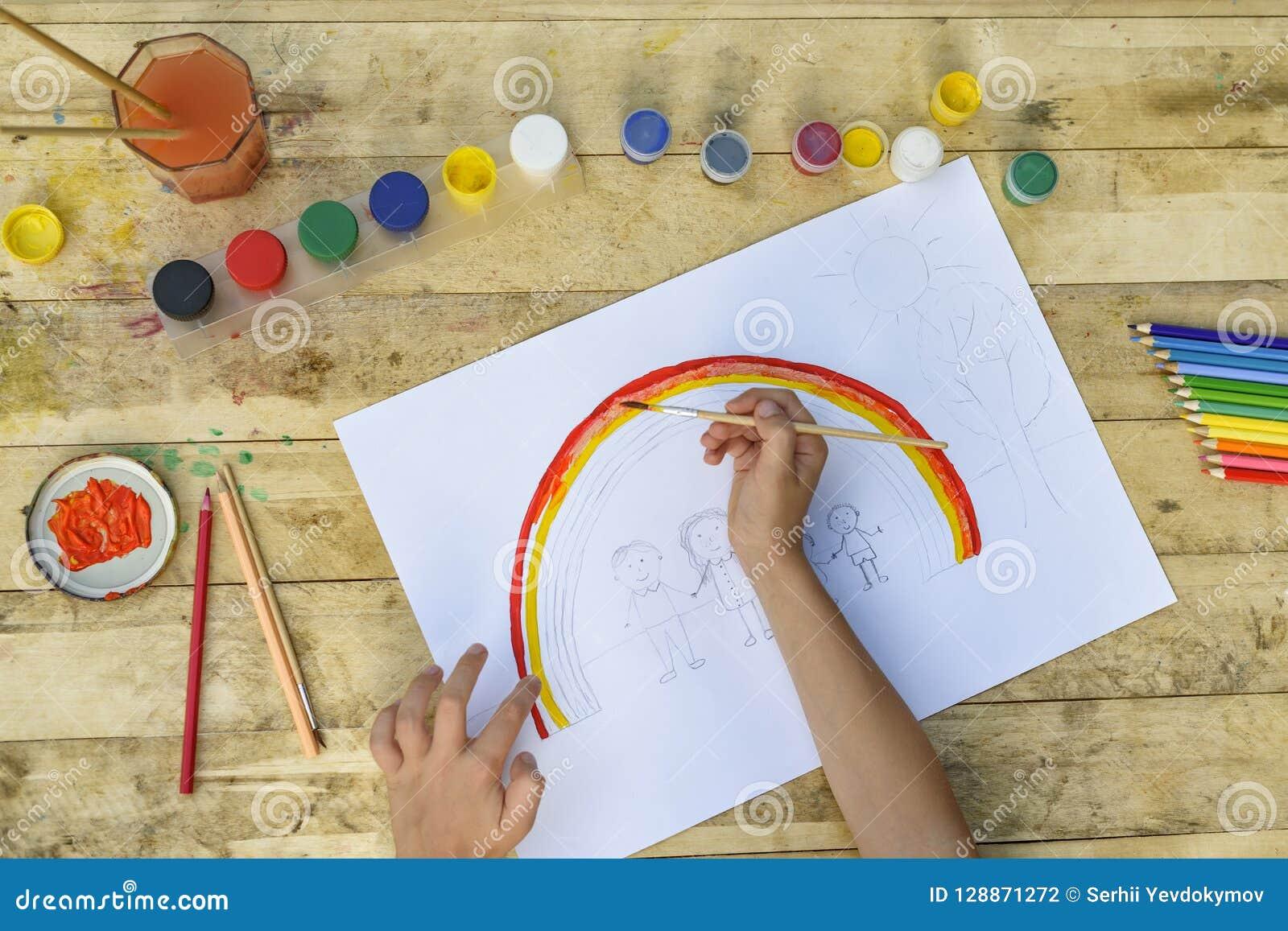 Die Hände der Kinder malen eine Zeichnung mit einer Bürste und Farben Spitze VI
