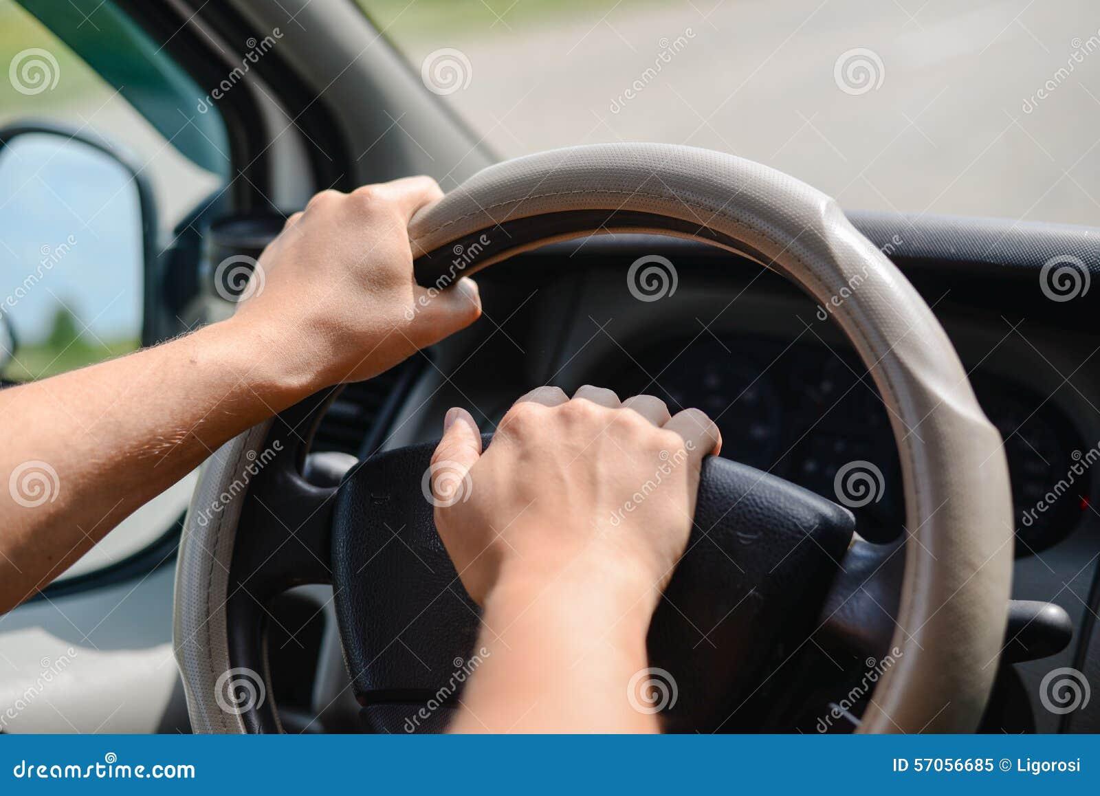 Entfernungsmesser Mit Rad : Die hände des mannes ein rad eines autos halten und a piepen