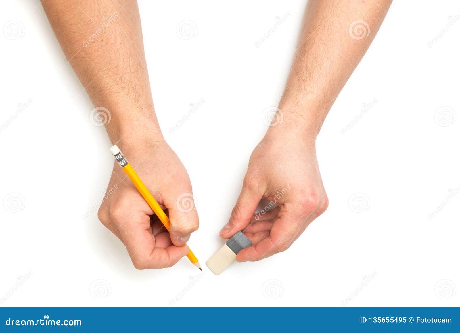 Die Hände des Mannes, die mit hölzernem Bleistift und eracer auf lokalisierten weißen Hintergrund mit Textplatz schreiben