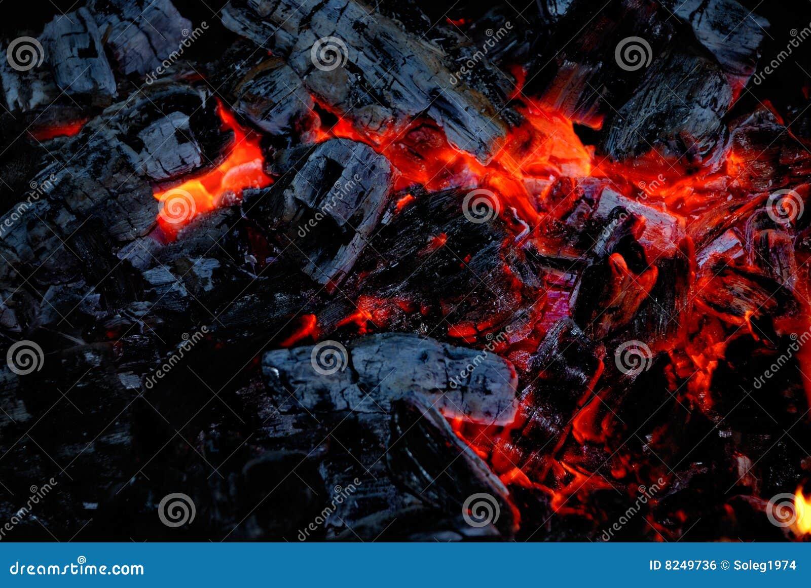 Die hölzerne Kohle brennt auf Feuer