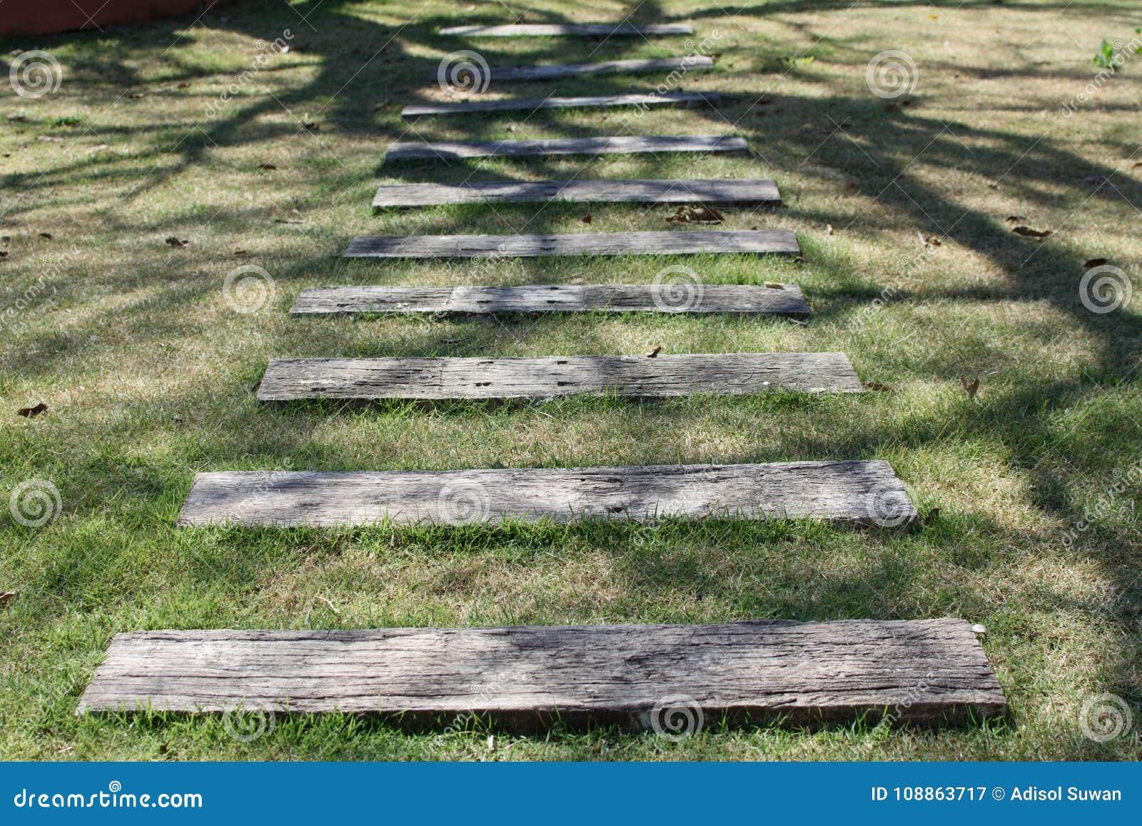 Die hölzerne Schrittbahn