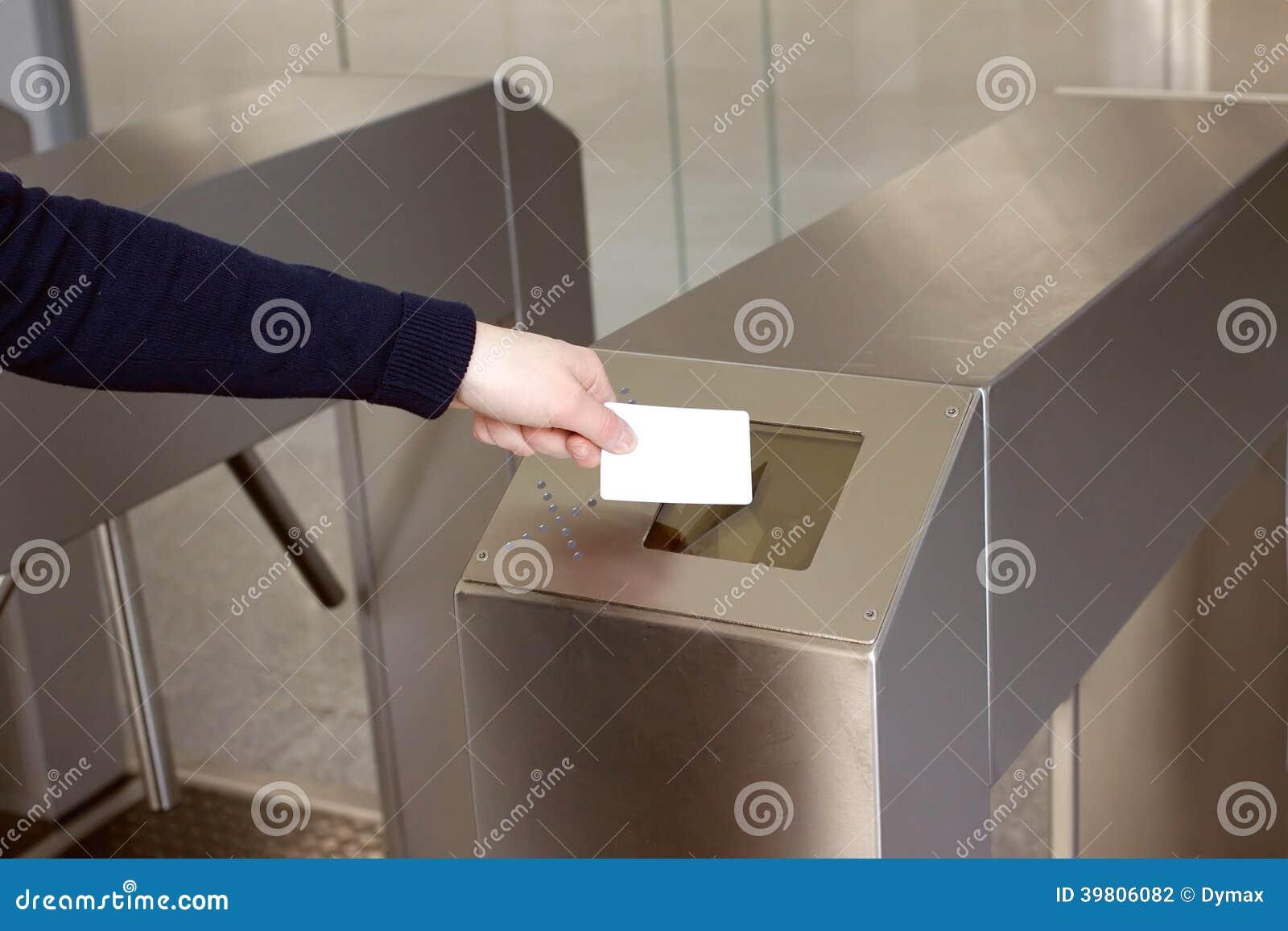 Die Hand der Frau setzt weiße Plastikkarte zu Leser clos