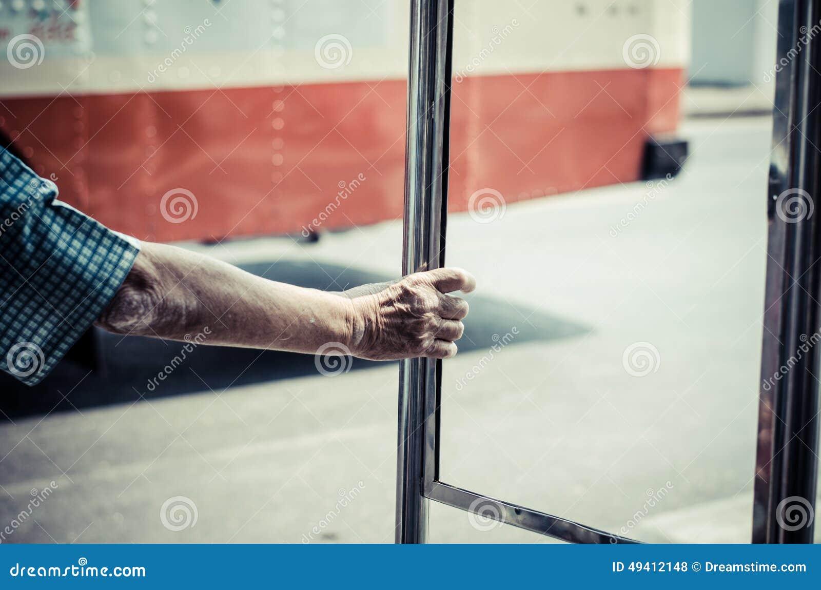 Download DIE HAND DES ALTEN MANNES stockfoto. Bild von stab, rund - 49412148