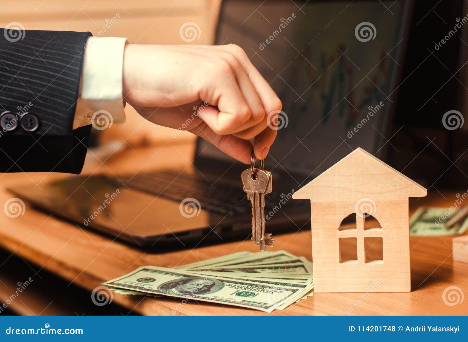 Die Hand hält die Schlüssel zum Haus Konzept des Grundbesitzes Verkauf oder Miete der Wohnung, Wohnungsmiete realtor Hypothek con