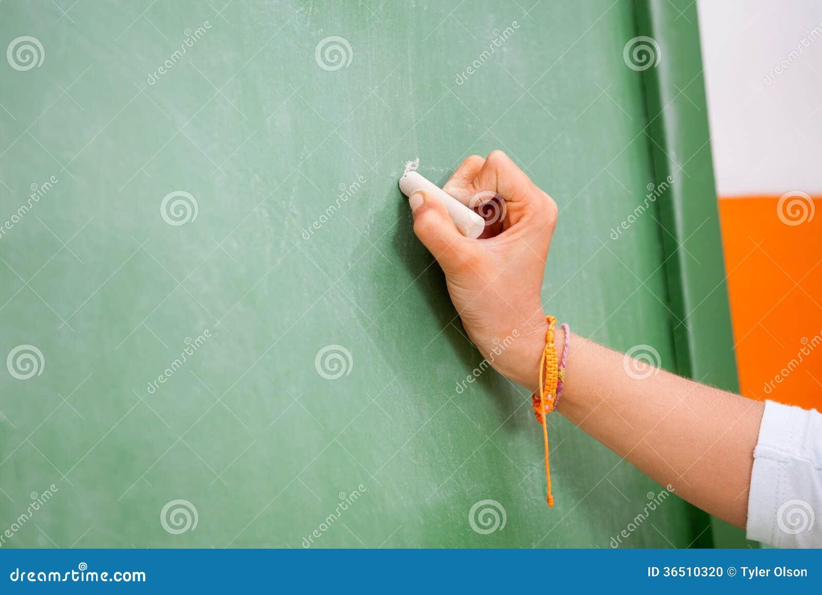 Die Handschrift des Mädchens auf grüner Tafel herein