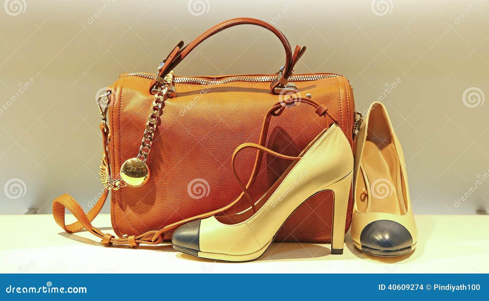 16fb9e6867a61 Die Handtaschen Und Die Schuhe Der Frauen Stockfoto - Bild von ...