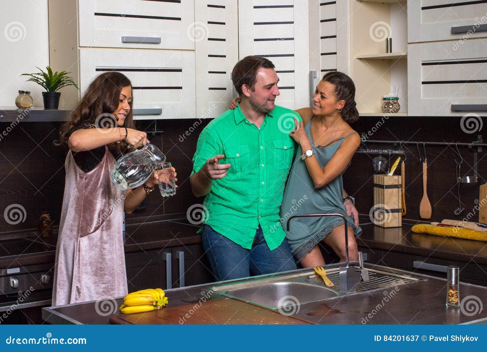 Die Hosteß bietet Gästen ein Glas Wasser in der Küche an