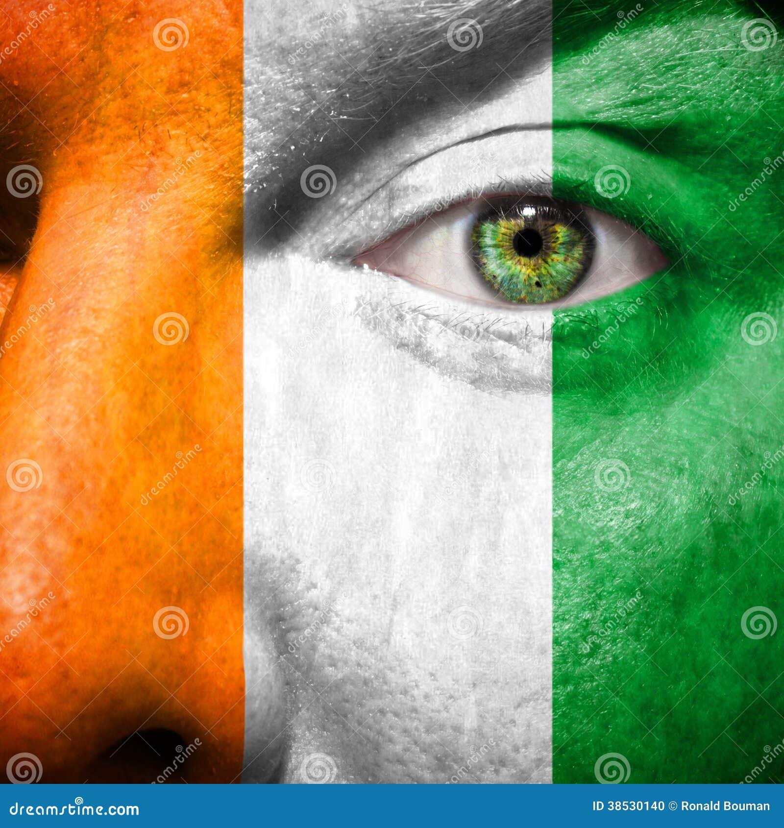 Die irische Flagge, die an gemalt wird, bemannt Gesicht