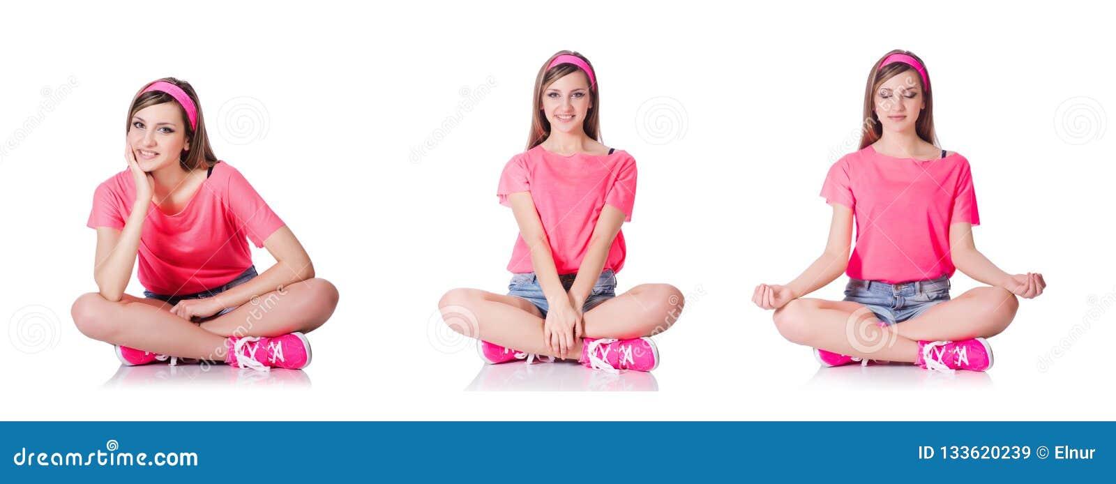 Die junge Frau, die Übungen auf Weiß tut
