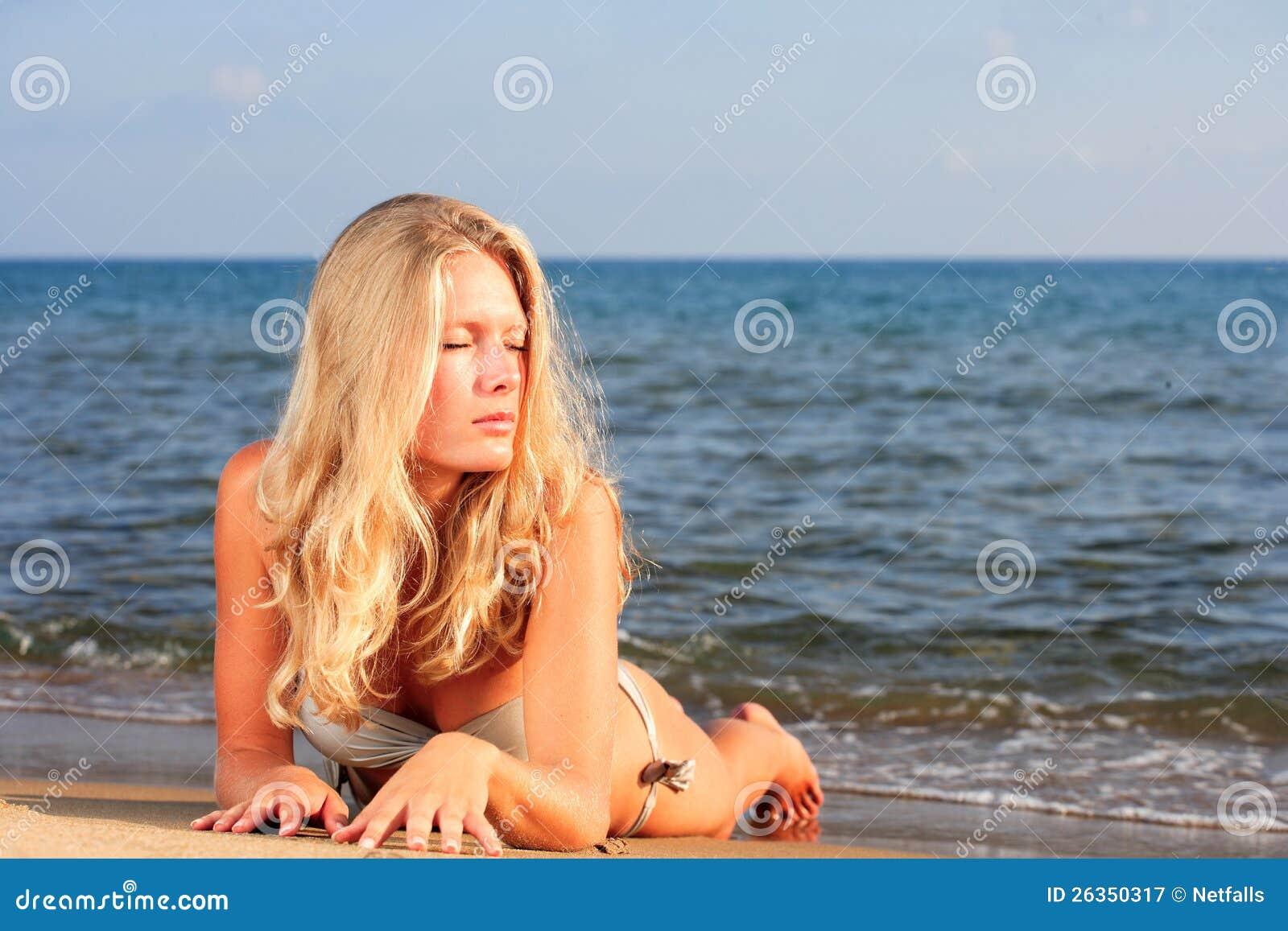 Die junge Frau auf einem Strand.