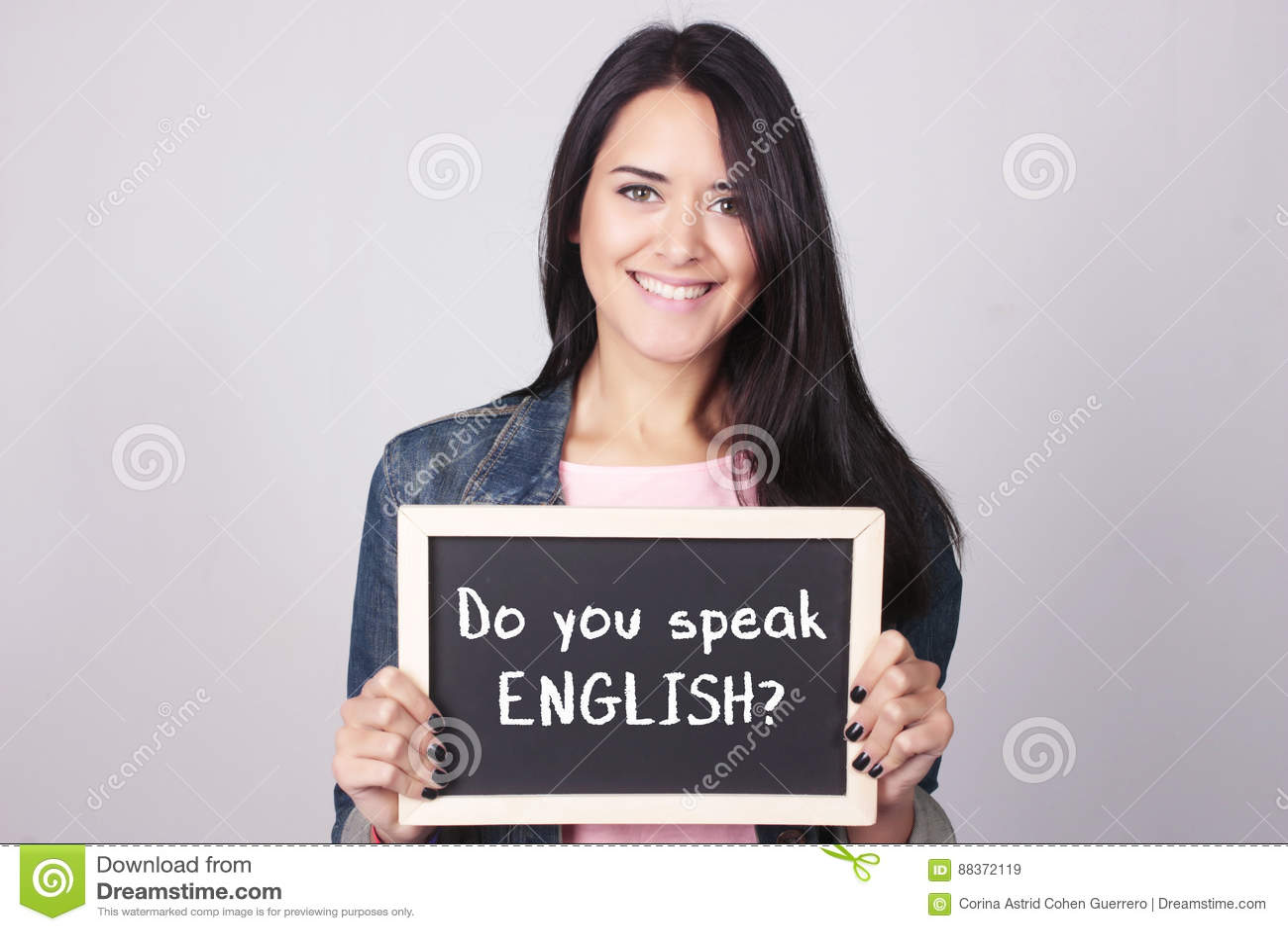 Die junge Frau, die Tafel, die sagt, sprechen Sie hält, Englisch?