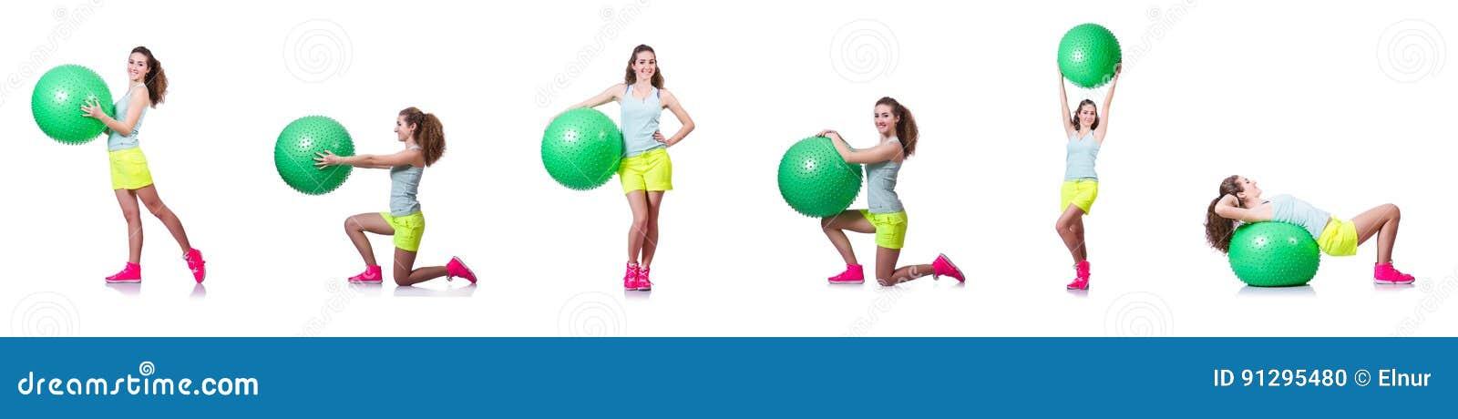 Die junge Frau mit Ball trainierend auf Weiß