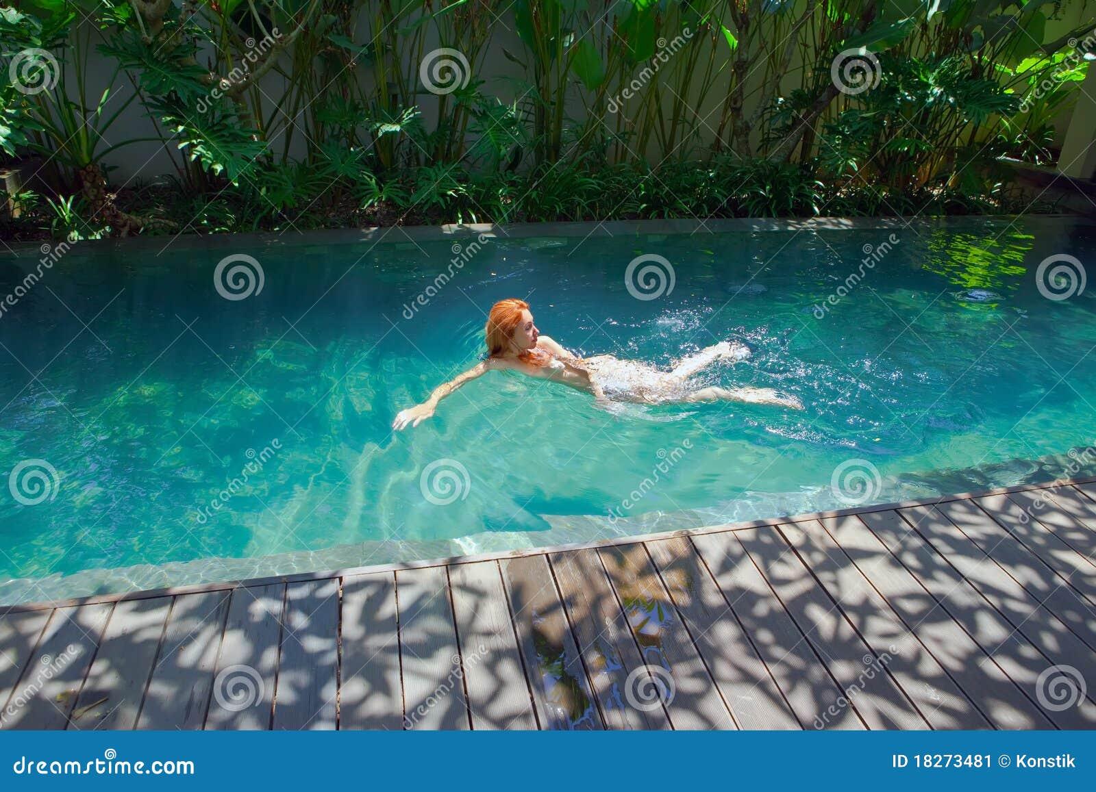 bild junge nackte frau pool cocktail