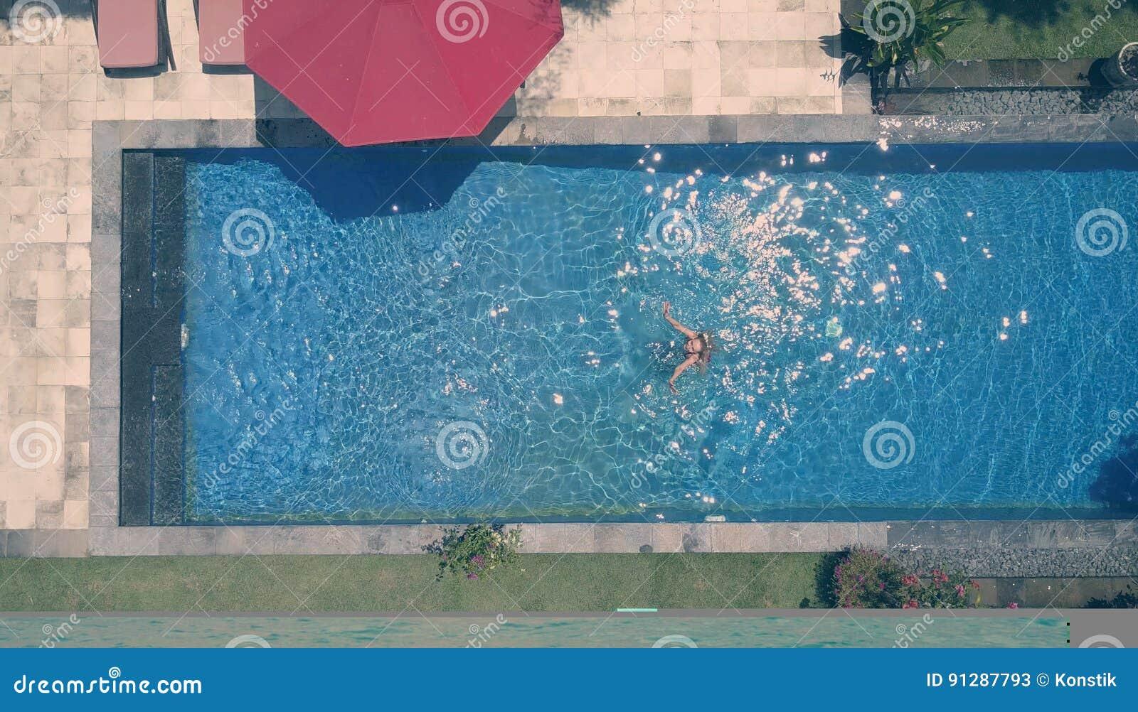 Die junge Schönheit im Pool, flache Lage, dron Ansicht, Retro- Effekt
