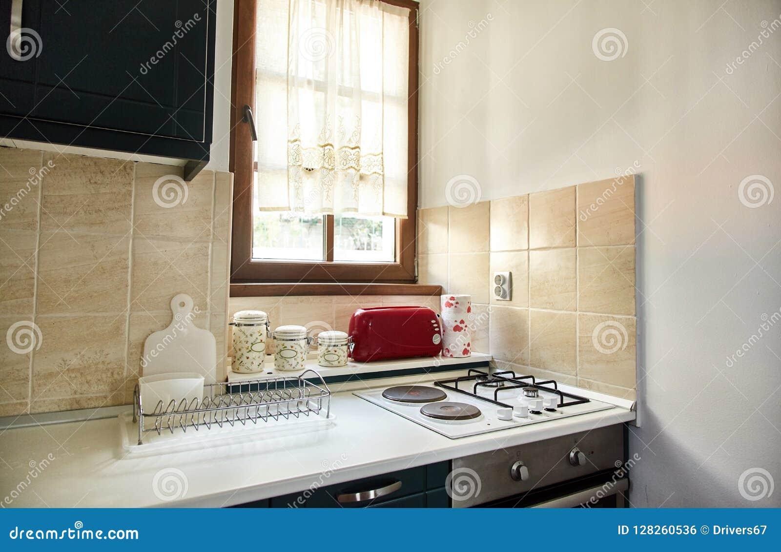 Die Küche In Der Wohnung Gasherd, Toaster, Würzgläser Stockfoto ...