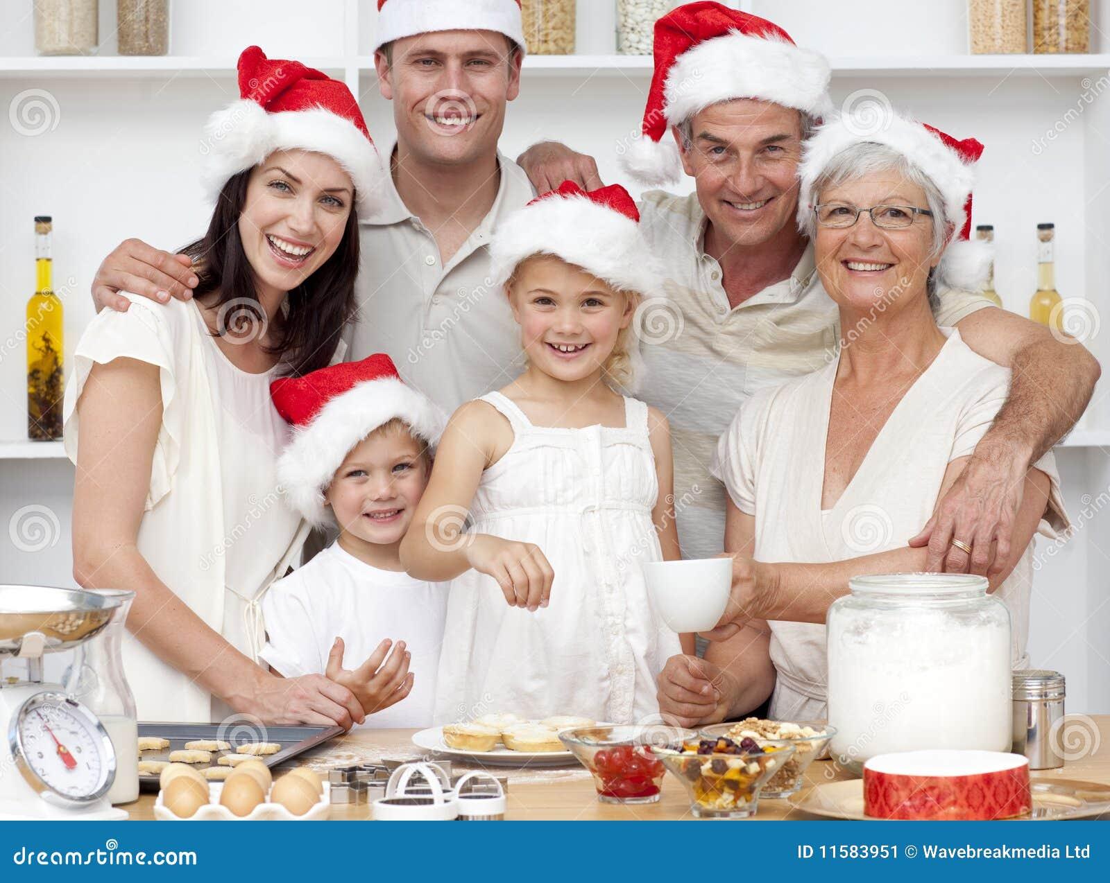 die kinder die weihnachten backen backt mit ihrer. Black Bedroom Furniture Sets. Home Design Ideas
