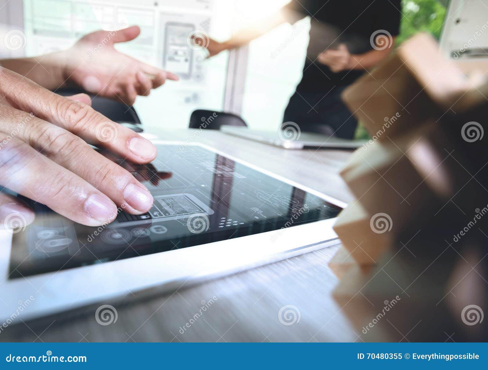 die kreative hand, die digitale tablette bearbeiten und das holz