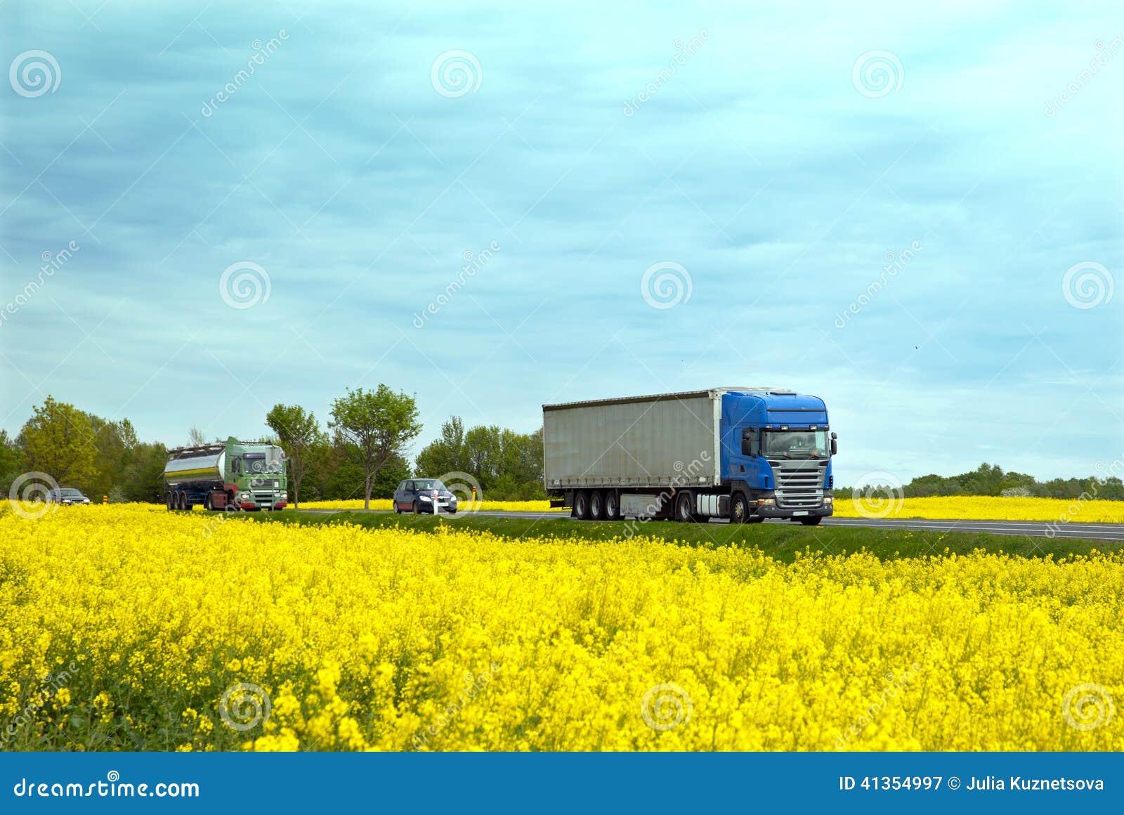 Die Landstraße mit Verkehr