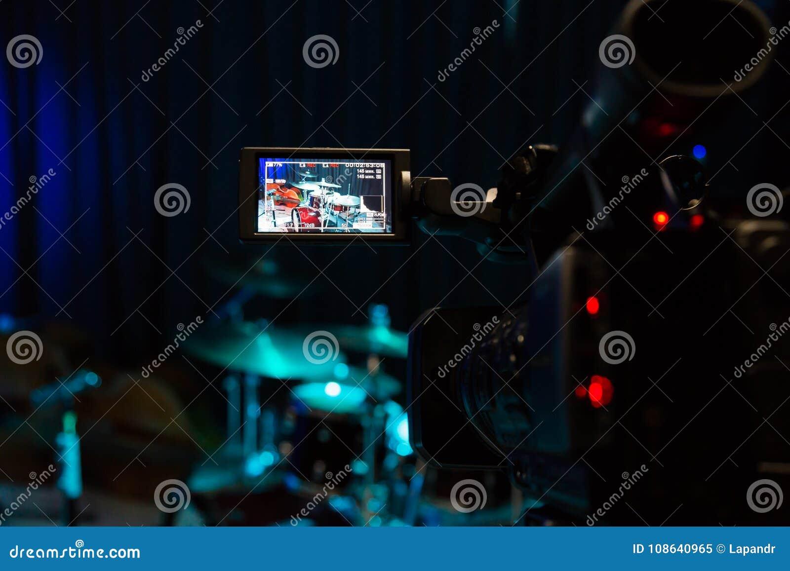Die LCD-Anzeige auf dem Kamerarecorder Filmen des Konzerts Trommelsatz und -baß
