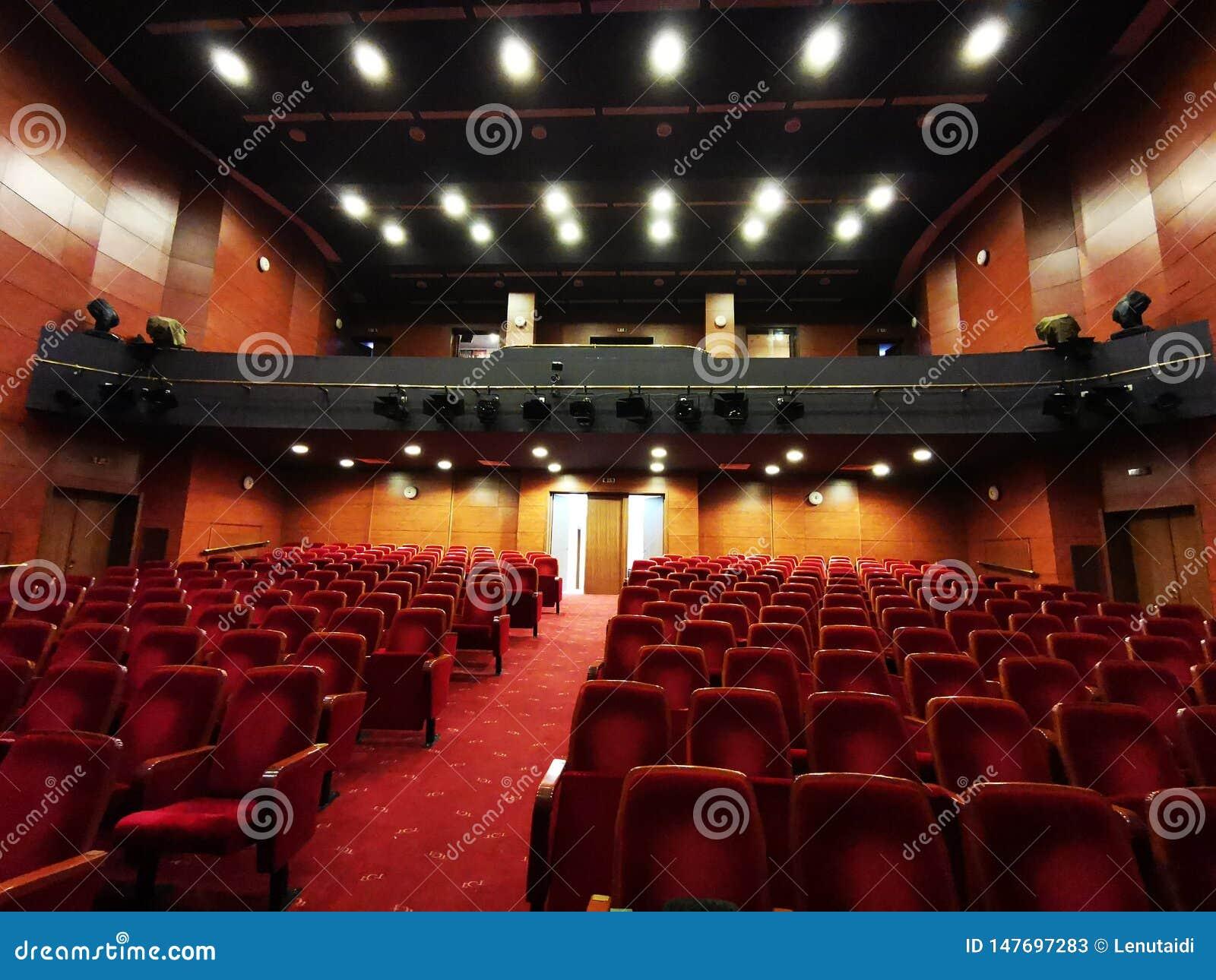 Die leere Theaterhalle - helle Lichter