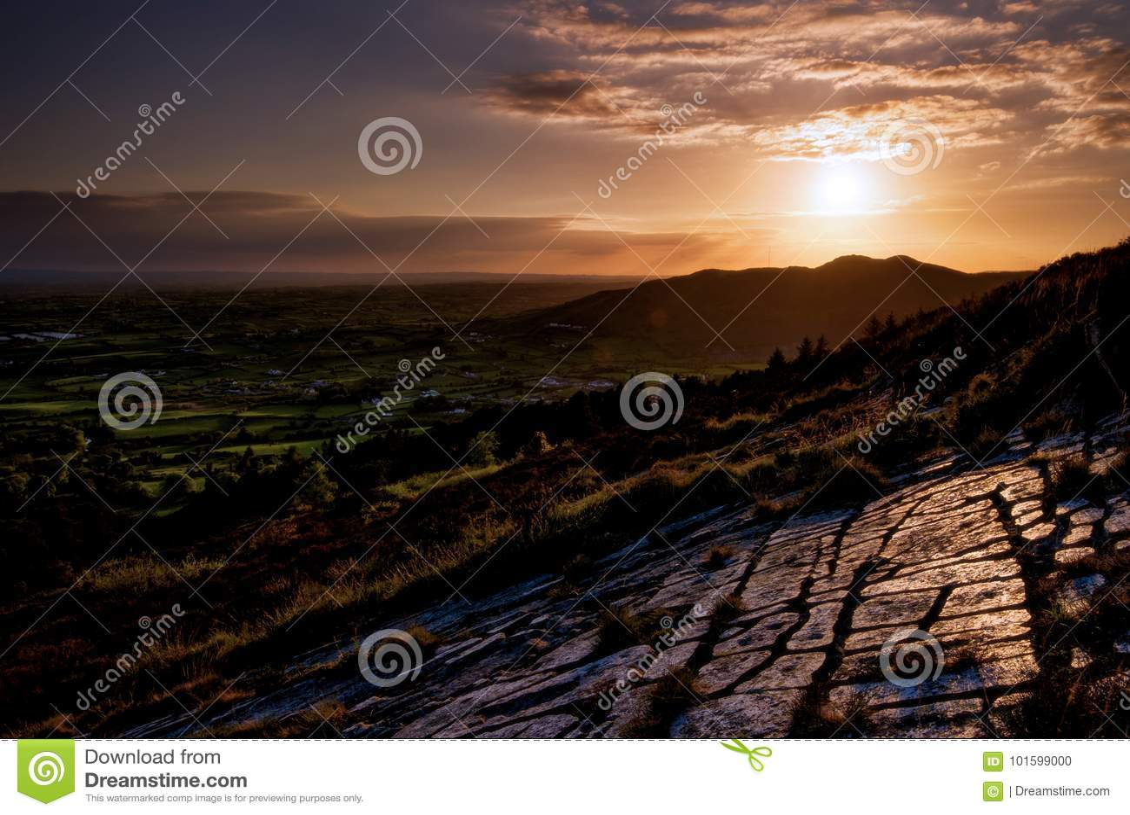 Die letzte Reflexion des Lichtes auf jenen abgefressenen Steinen, bevor irische Ebene geht zu schlafen