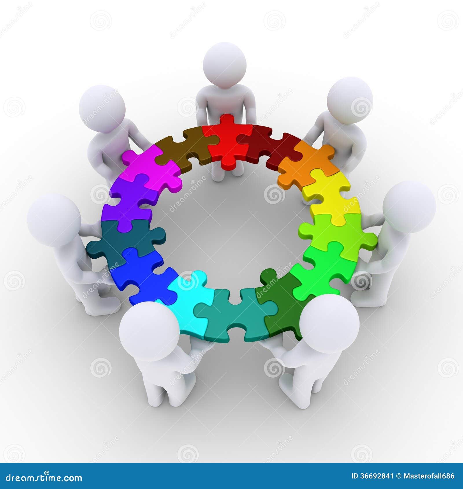 Die Leute, die Puzzlespielstücke halten, schlossen in einem Kreis an