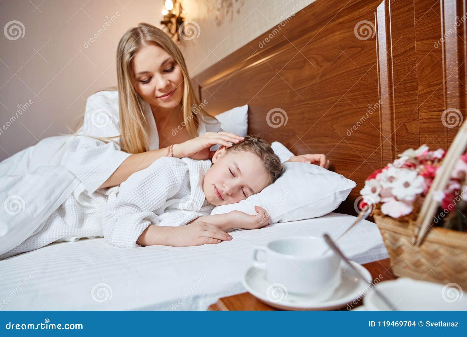 Mama wacht über Sohn-Tochter