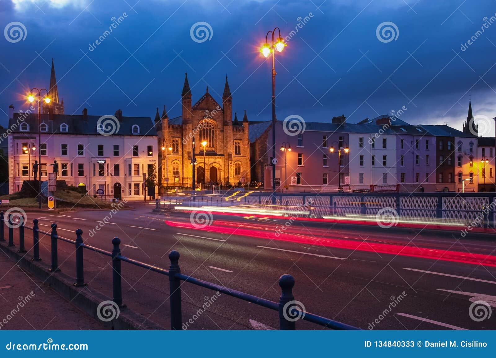 Die Lieferung verankerte im Kanal Derry Londonderry Nordirland Vereinigtes Königreich