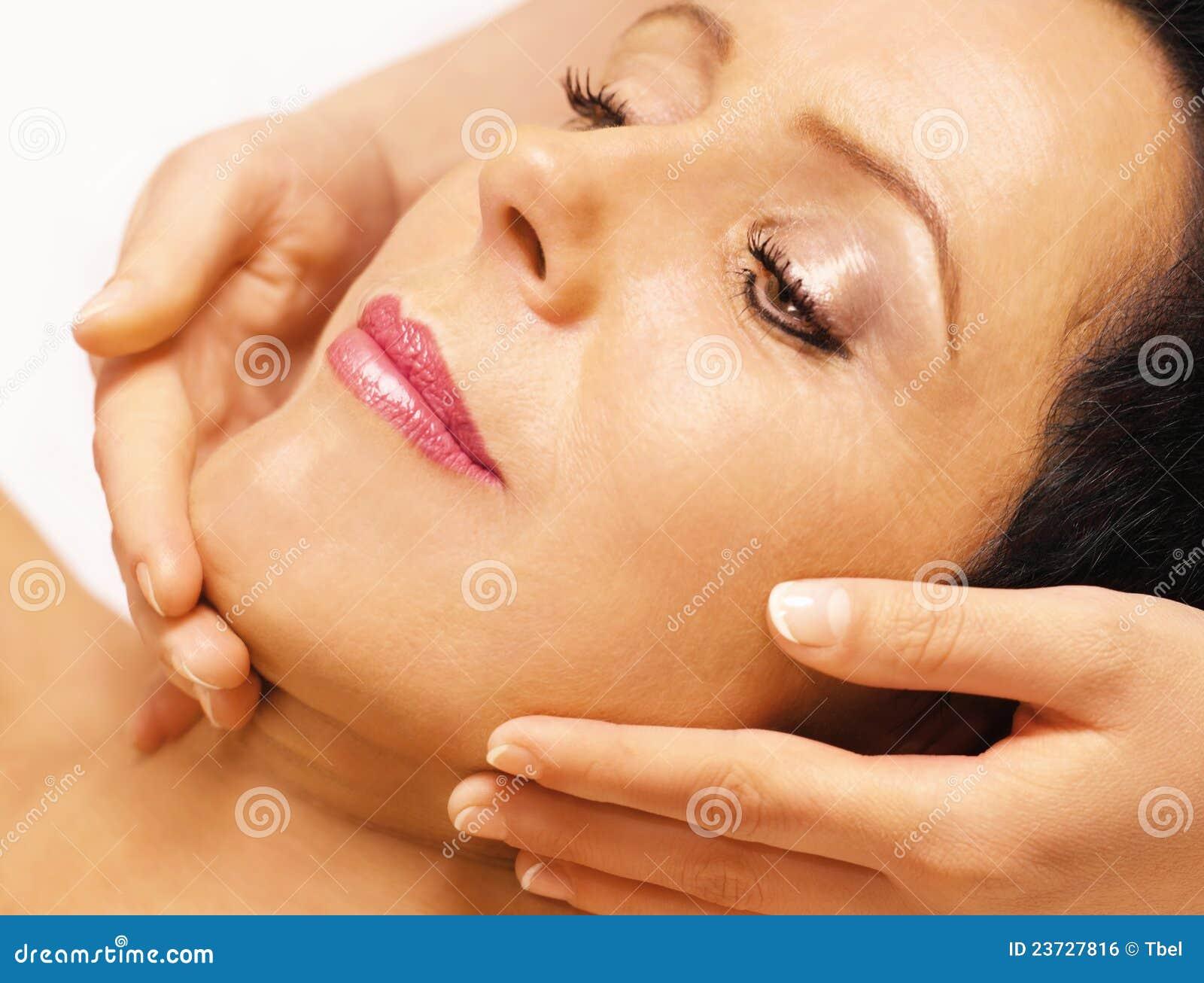 Die liegende Frau, erhält Massage, reiki, auf ihrem Gesicht