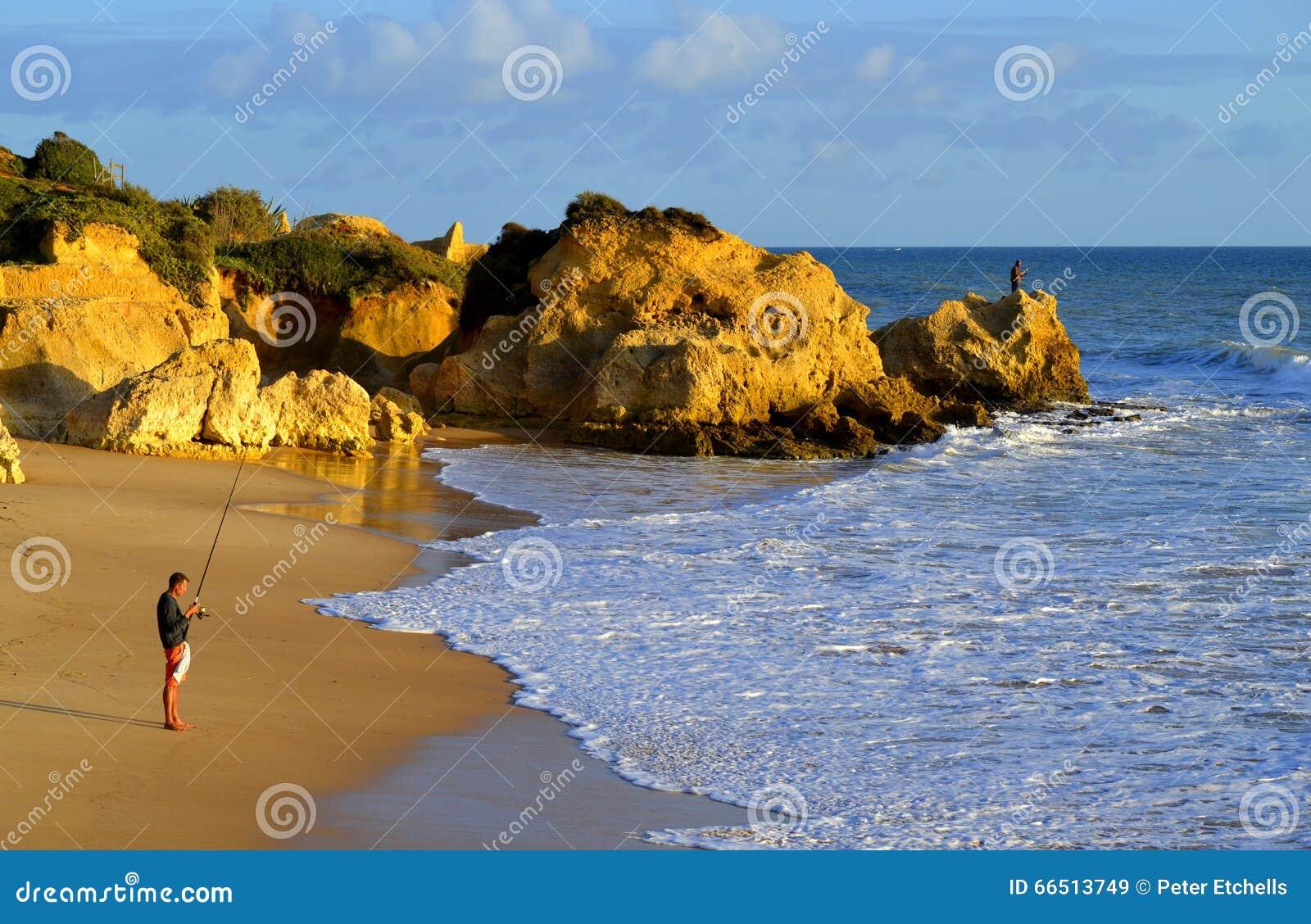 die m nner die von sietskes fischen setzen auf der algarve k ste auf den strand stockfoto. Black Bedroom Furniture Sets. Home Design Ideas