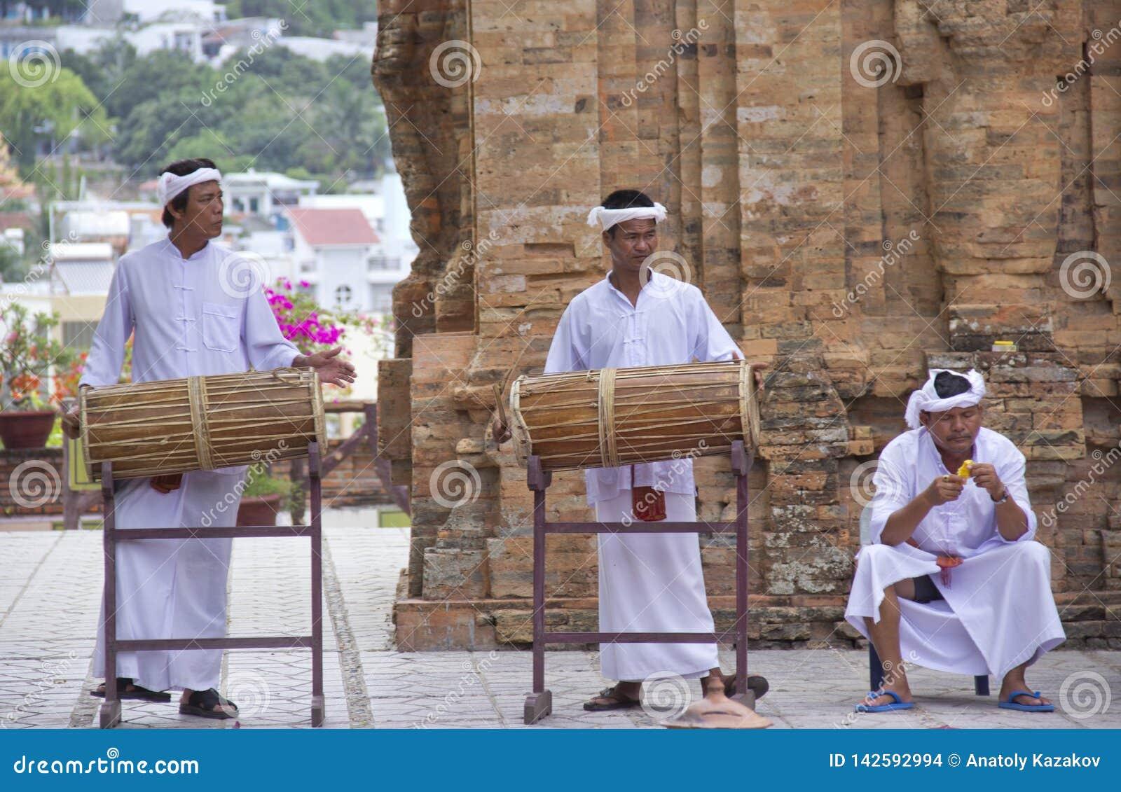 Die Mönche spielen die Trommeln