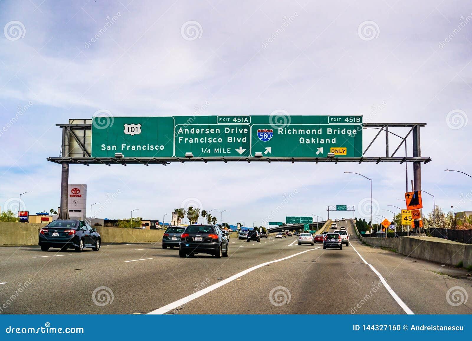 31 die maart, 2019 San Rafaël/CA/de V.S. - op de snelweg naar Oakland, op baaigebied de Noord- van San Francisco reizen