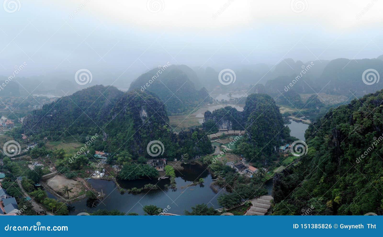 Die majestätischen Berge gestalten mit dem umgebenden Fluss landschaftlich