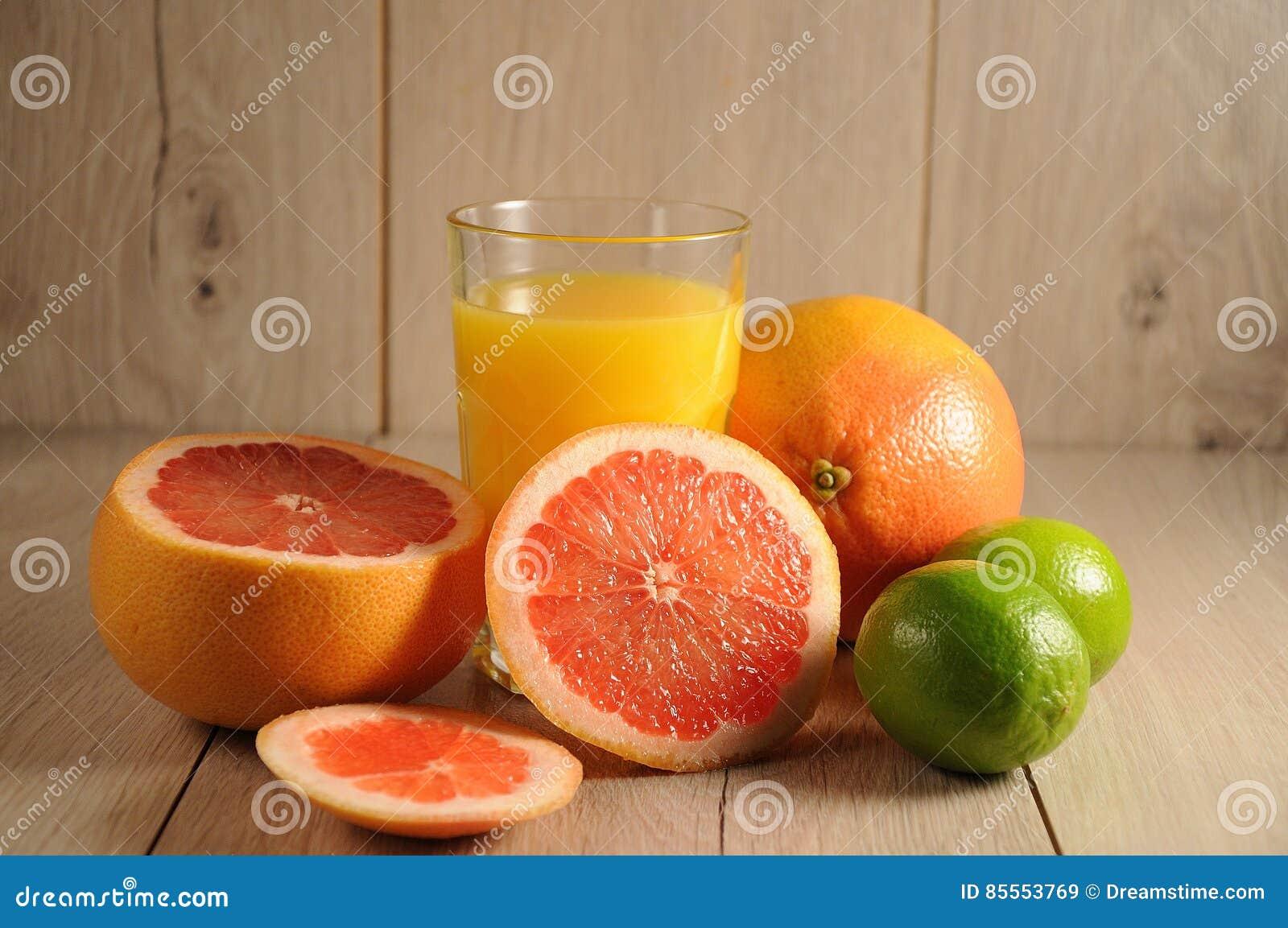 Die Mischung von Zitrusfrüchten und von Orangensaft