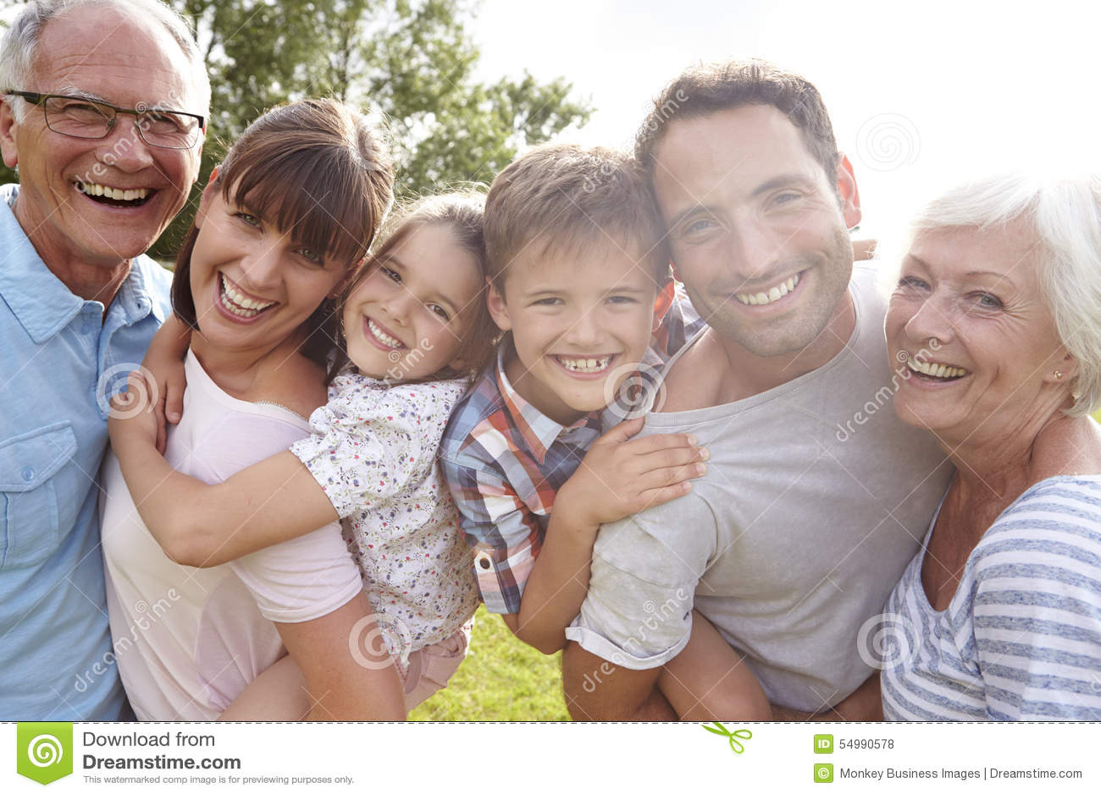 Die multi Generations-Familie, die Kinder gibt, trägt draußen huckepack