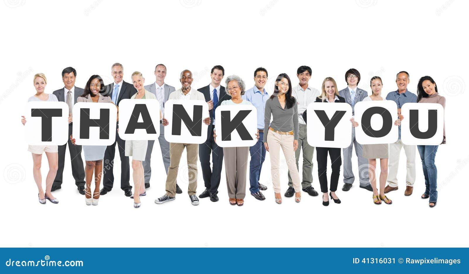 Die multiethnische Gruppe von Personen, die Buchstaben hält, danken Ihnen