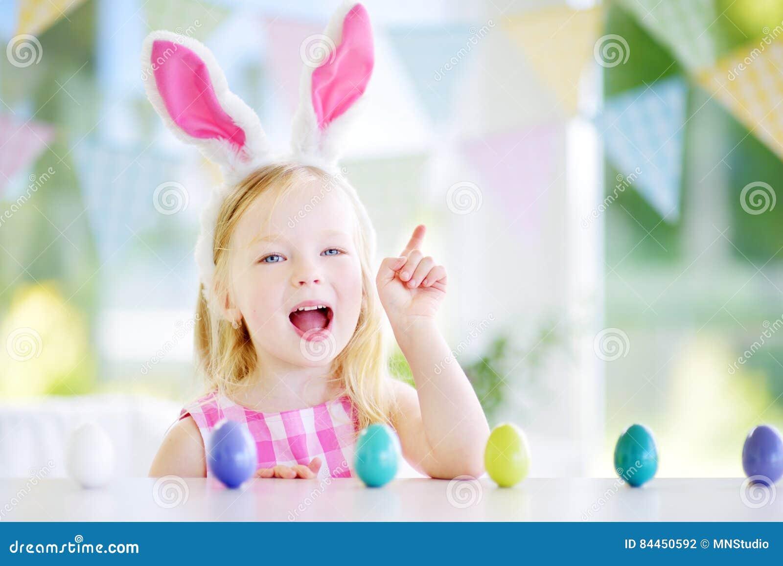 Die Netten Tragenden Häschenohren Des Kleinen Mädchens Die Ei