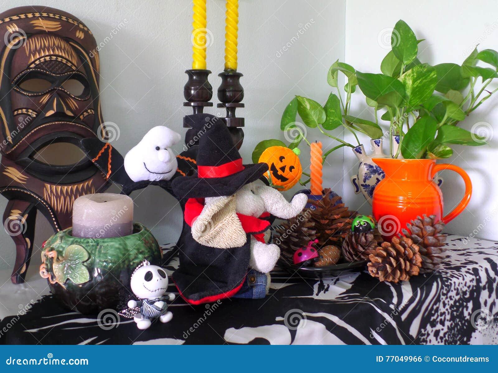 die netteste halloween-dekoration im wohnzimmer!! stockfoto - bild ...