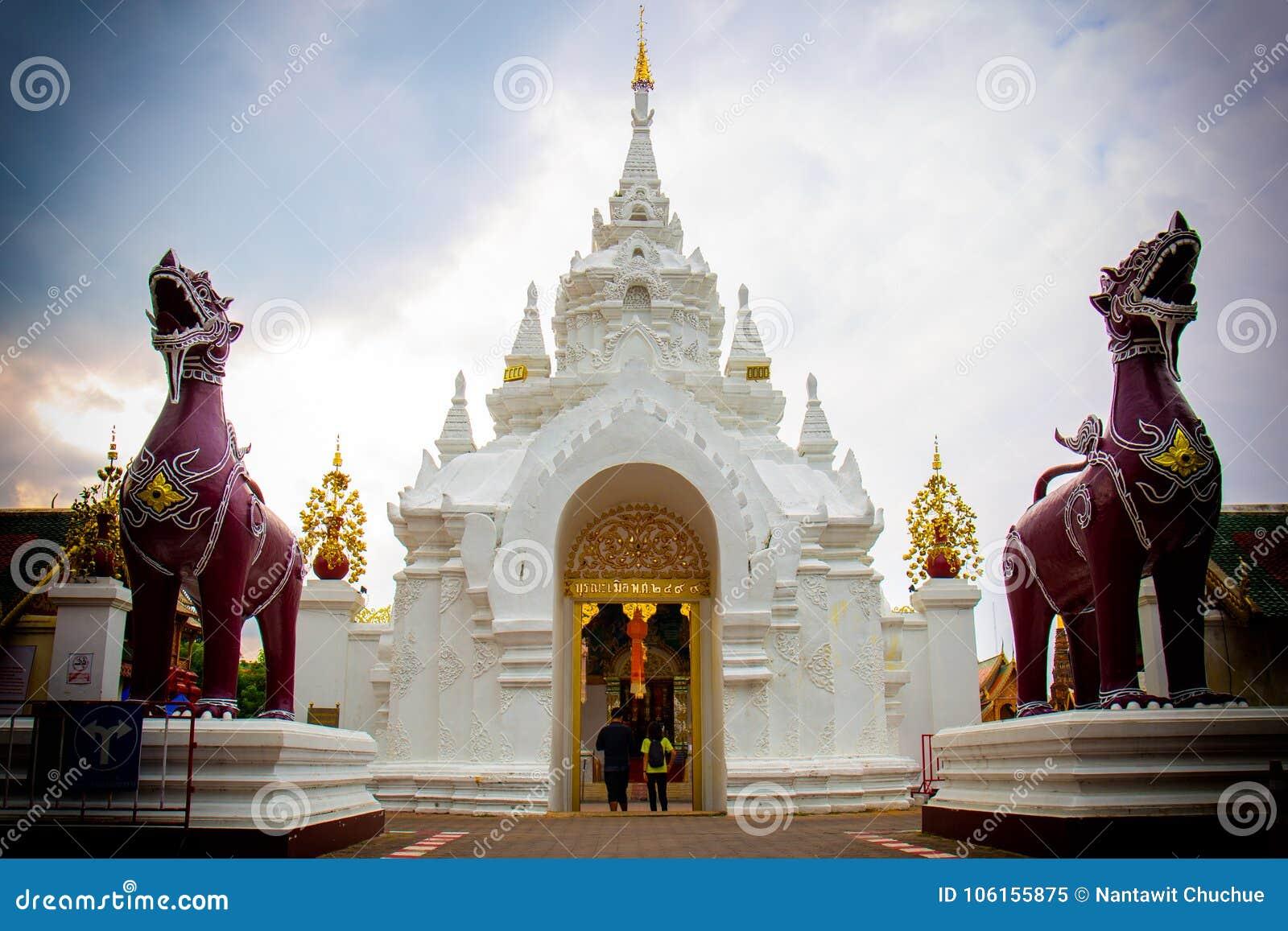 Die Paare gingen zur Tür von Wat Phra That Hariphunchai E