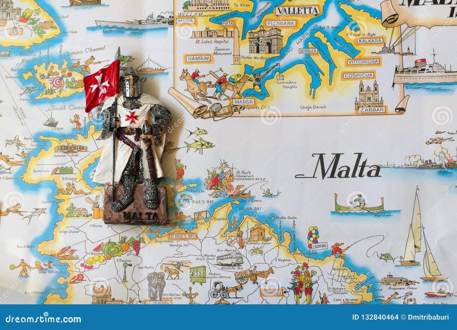 Die Ritter von Malta sind Andenkenspielwaren Ritter in einem weißen Mantel mit der Flagge des maltesischen Auftrages